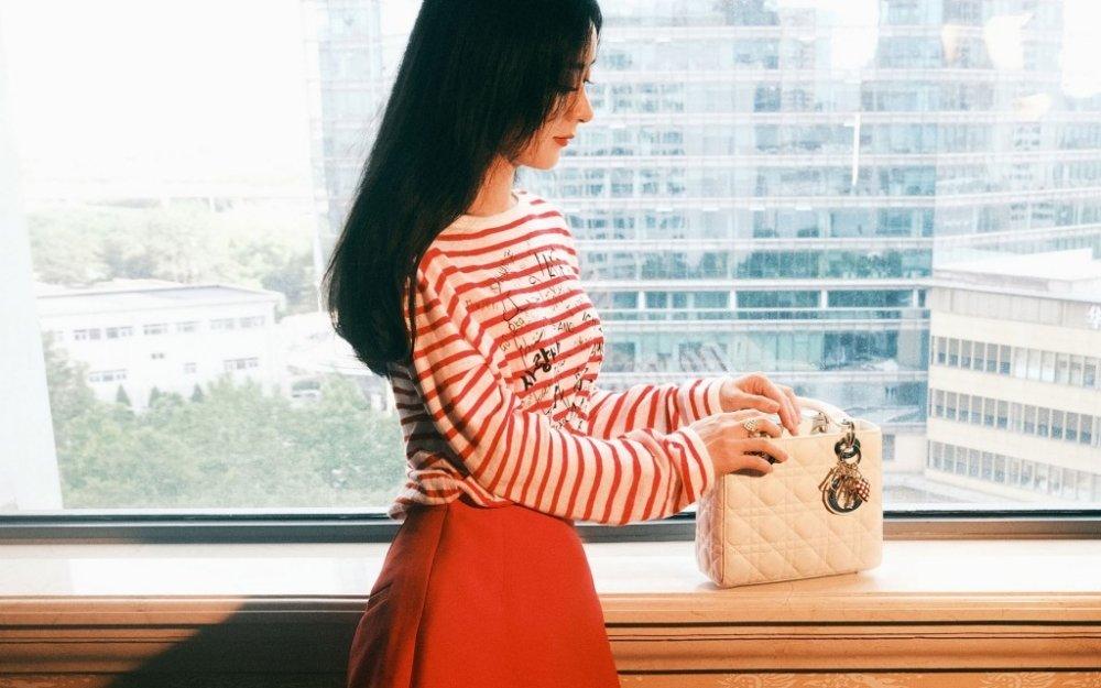 赵丽颖红色短裙少女范十足的室内时尚写真