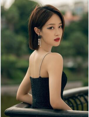 蓝盈莹黑色吊带裙勾人美背妩媚御姐图片