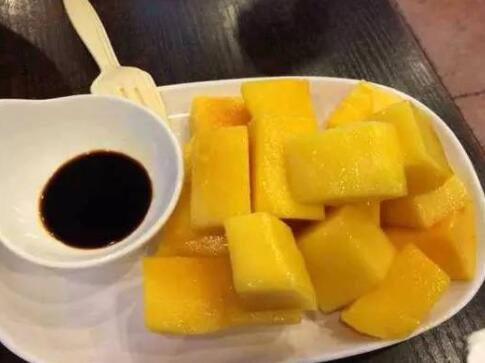 荔枝季广东酱油销量暴涨是怎么回事,荔枝蘸酱油好吃吗,还有什么水果可以蘸酱油吃