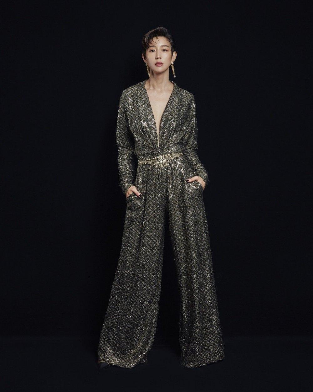 张钧甯深V真空蛇纹连体衣性感英气时尚图片
