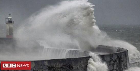 """BBC摄影师在海堤旁拍到""""海神""""面容 网友纷纷吐槽PS味太冲"""