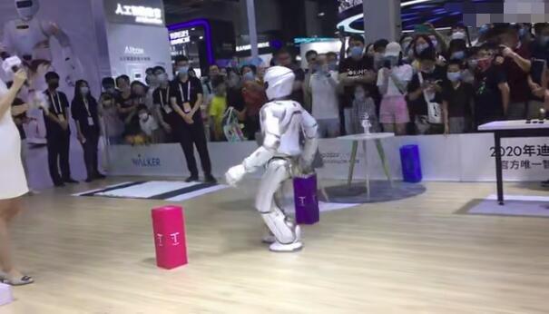"""机器人表演现场突发意外翻车 网友:这是突发""""脑梗""""?"""