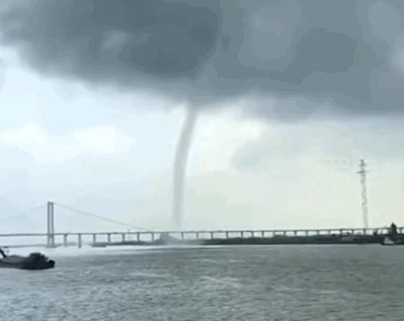 广州南沙大桥现龙吸水奇观 水柱直冲云霄连接海天