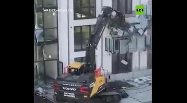 没有收到全额付款 德国建筑承包商开挖掘机捣坏全新住宅楼