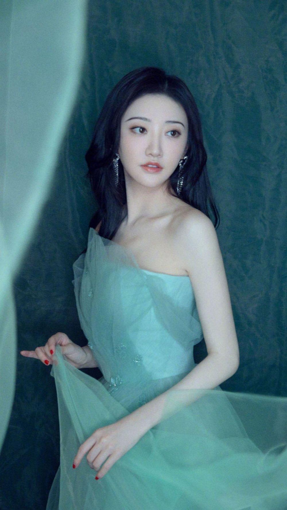 景甜薄荷绿抹胸长裙气质写真