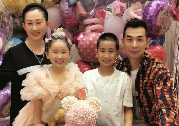 赵文卓夫妇为小女儿庆5岁生日,一家四口合影,女儿和妈妈超像