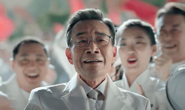 摩臣2平台张小斐特别出演沈腾新片《我和我的父辈》,但最大的惊喜是他