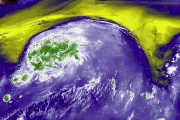 热带风暴尼古拉斯以飓风形式登陆后袭击德克萨斯州海岸.jpg