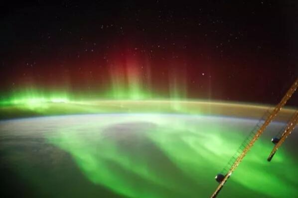 太阳风暴开始袭击地球,为纽约带来北极光 这场风暴将是 G2 类事件.jpg