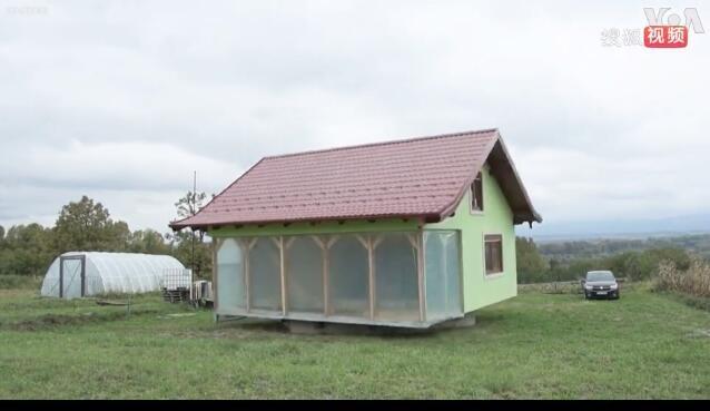 波斯尼亚一男子为妻子建造了一栋可以旋转360度的电动房屋